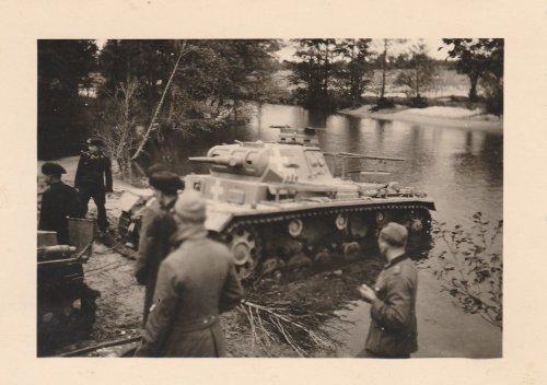 Polenfeldzug ,4.PD,Deutscher Panzer PII wird aus Fluss gezogen.jpg