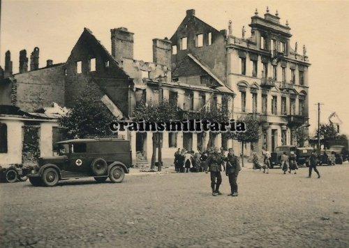 Sankra Sanka Soldaten in zerstörtes MLAWA Polen 1939.jpg