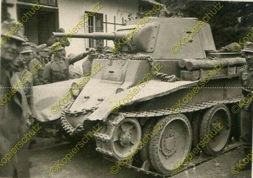 Gebirgs-Nachrichten-Abteilung 67, russischer Panzer in Komarno.jpg