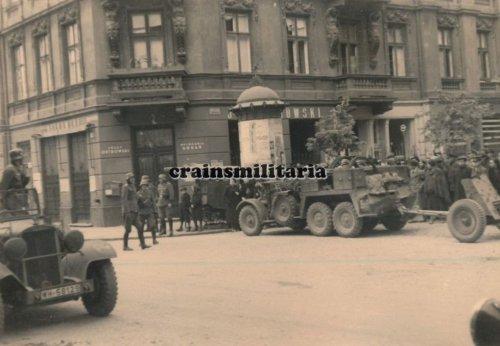 Einmarsch 1.Pz.Div. Krupp Protze m. PaK in WARSCHAU Polen 1939.jpg