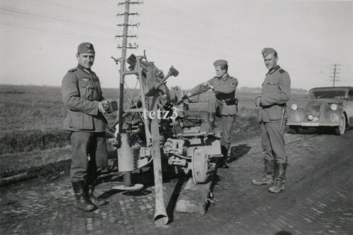 Polen 1939 Straße Zamość Tomaszów Beute Geschütz Kanone Flak.jpg