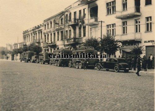 Kolonne Funkwagen Pkw in zerstörtes MLAWA Polen 1939.jpg