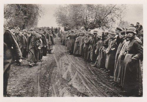 Polenfeldzug, Vorbeimarsch polnischer Gefangene, Wehrmacht.jpg