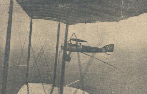 lot s z antena wiszaca zdjeta z fotografujace samolotu.JPG