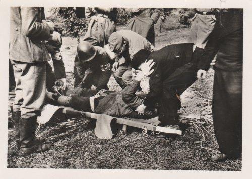 Polenfeldzug, polnischer und deutscher Sanitäter, Verwundeter.jpg