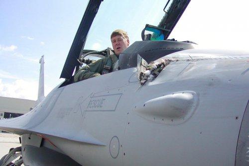 z24822690IH,Efekt-zderzenia-F-16-z-ptakiem--ktorego-szczatki-u.jpg