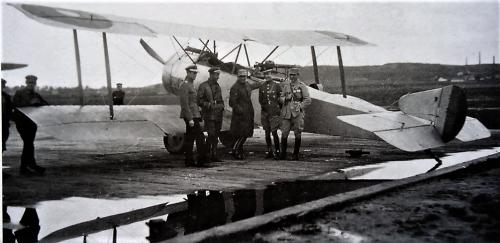 100 - sopwith 1 i 1-2 od lewej i piąty lotnicy rumuńscy.png
