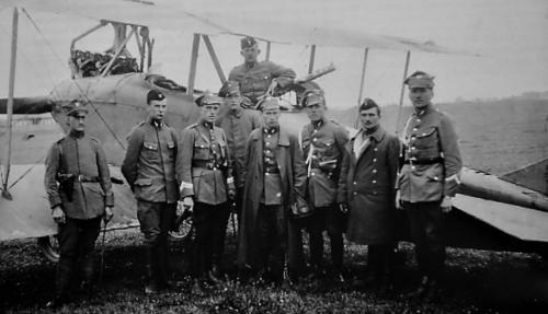 13.EM 1920 r. piąty od lewej dca eskadry por.pil. Edmund Norwid-Kudło.png
