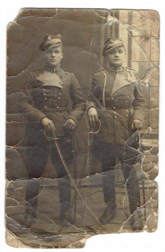 Gołąb Ferdynand od lewej i NN kolega Łuck1923.jpg