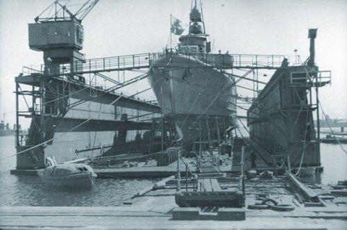 dok ORP-Gryf-na-plywajacym-doku-w-Gdyni.jpg