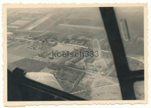 Luftbild Flugzeug der Luftwaffe über einem Dorf in Pommern.jpg