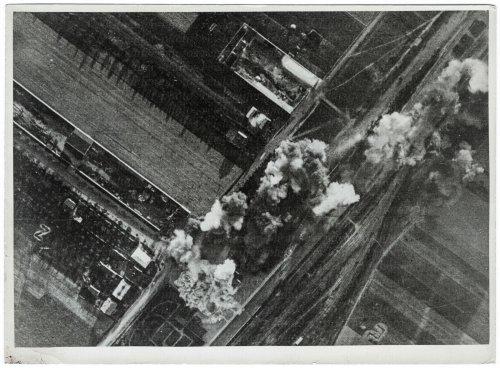 polnischer Bahnhof wird bombardiert.jpg