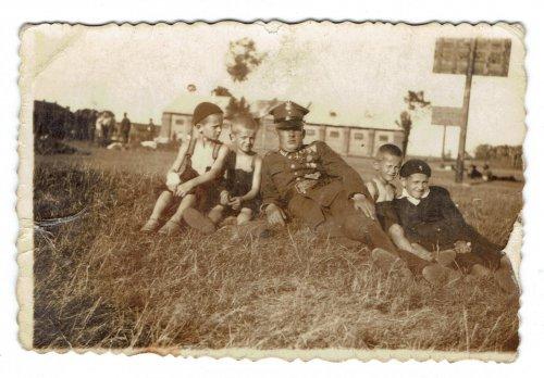 Gołąb Ferdynand st sierż. z synami Edwardem Piotrem Tadeuszem i Czesławem.jpg