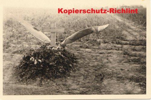 Polen 1939 deutsches Soldatengrab Fliegergrab mit Propeller.jpg