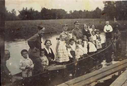 Gołąb Ferdynand w środku z dziećmi w łódce.jpg