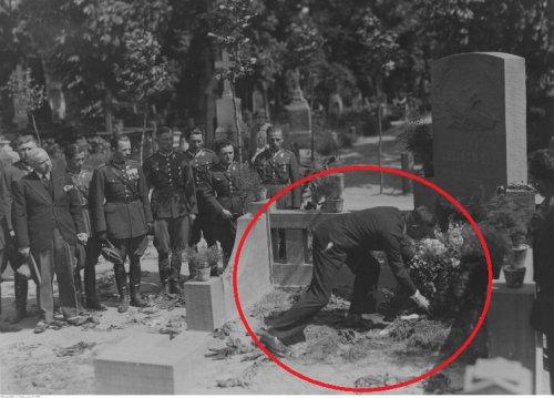 Wieniec na grobie Idzikowskiego. Składa płk.Filipowicz.jpg