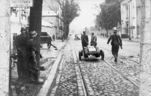 Bundesarchiv_Bild_101I-695-0411-08A,_Warschauer_Aufstand,_Soldaten_mit_-Goliath-.jpg
