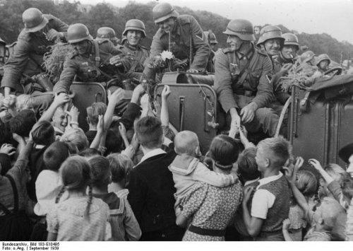 volkBundesarchiv_Bild_183-E10495,_Dirschau,_Begrüßung_deutscher_Soldaten.jpg