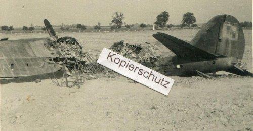 polnisches-Flugzeug-an-Strasse.jpg