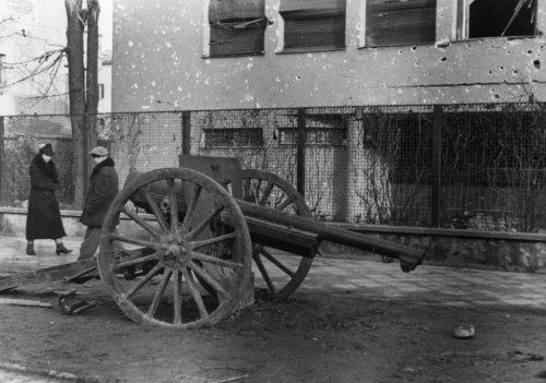 02.Warszawa.-Armata-przed-willa-Lepkowkich-przy-Francuskiej-2.-po-kapitulacji-Warszawy-w-1939-r.-Fot.-ze-zbioru-MPW.jpg