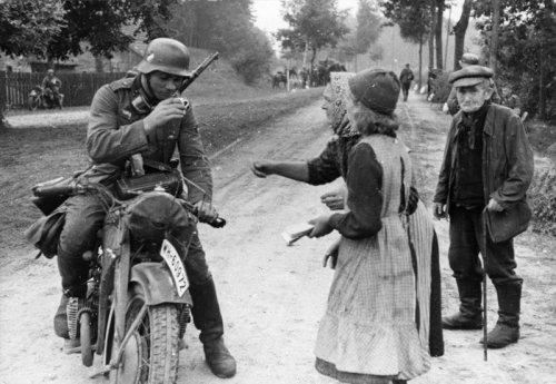 volBundesarchiv_Bild_183-2008-0415-501,_Polen,_Zivilisten,_Soldat_auf_Krad.jpg