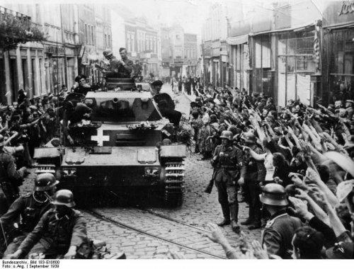 volBundesarchiv_Bild_183-E10600,_Graudenz,_jubelnde_Menschen_neben_Panzer_IV.jpg