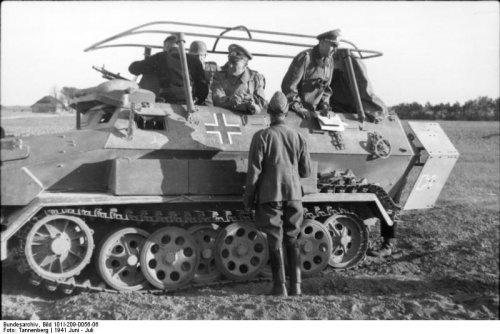 Bundesarchiv_Bild_101I-209-0056-06,_Russland-Nord,_Schützenpanzer_mit_Besatzung.jpg