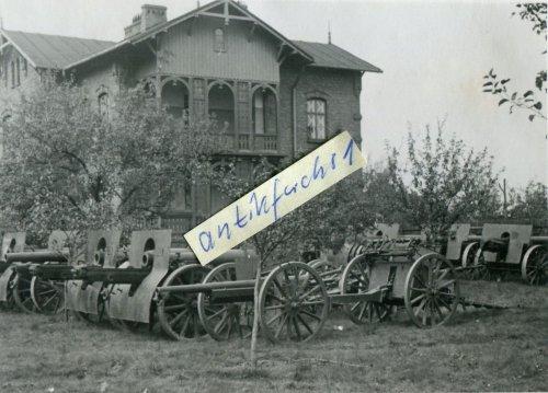 polnische Artillerie-Geschütze am Bahnhof Grodzisk.jpg