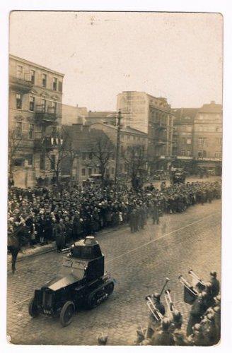 Półgąsiennicowy samochód pancerny podczas defilady 19 marca 1929 r. w Grudziądzu.jpg