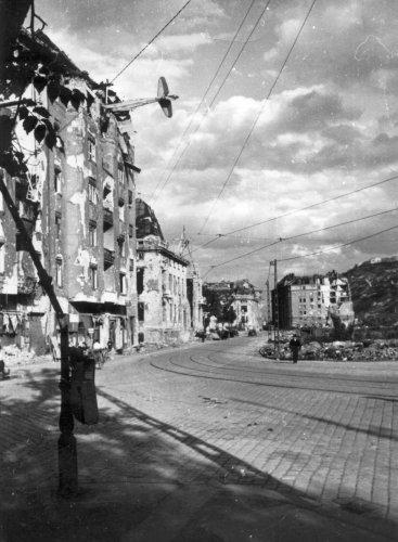nem-planer-na-dome-v-Budapehte_1945-Kramer.thumb.jpg.7317a2365c5d489ef5202f03211fab56.jpg