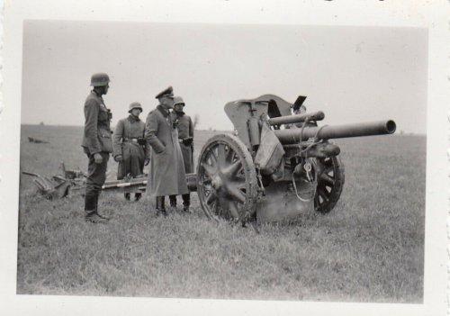 1939 Polen WH General Otto an der 10,5-cm-leichte Feldhaubitze 18 bei Kock.jpg