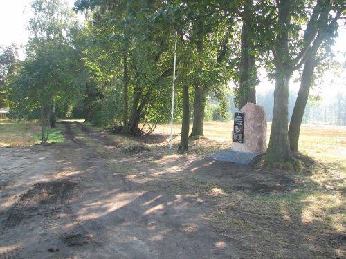 Obelisk-poświęcony-2-Dywizjonowi-Artyleri-Konnej-z-Dubna-postawiony-na-polu-bitwy-w-miejscu-stanowisk-ogniowych.JPG