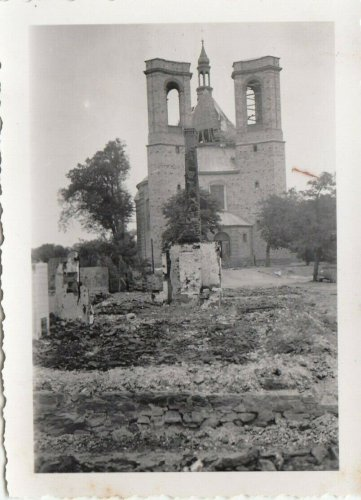 Warka in Polen zerschossene Kirche der Stadt 1939.jpg