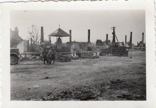 Fałków 1939 Polen WH Inf.Rgt.66 Motorrad Kradmelder an Madona Altar in der Stadt.jpg