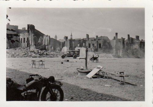 Warka in Polen Motorrad Kradmelder auf dem zerstörten Maktplatz 1939.jpg