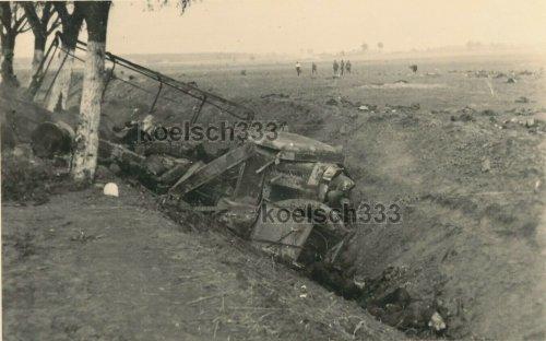 polnische LKW Wracks im Graben bei Radomsko Polen 1939 SR 1 Polenfeldzug.jpg