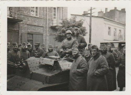 Krakau Soldaten Panzer Fahrzeug Stahlhelm Polen Feldzug 1939-40.jpg