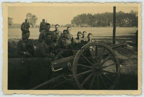 Soldaten des 13.Inf.Rgt.92 mit polnische Beute Artillerie bei Lomza, Polen, September 1939.jpg
