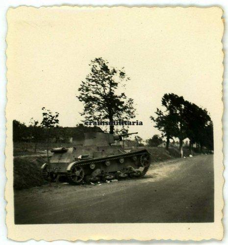 abgeschossener Panzer bei Warschau, Polen, 1939.jpg
