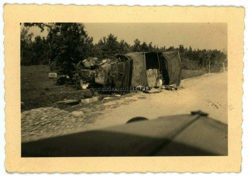 Zerstörter poln. Militärwagen (...itzinow), 1939.jpg