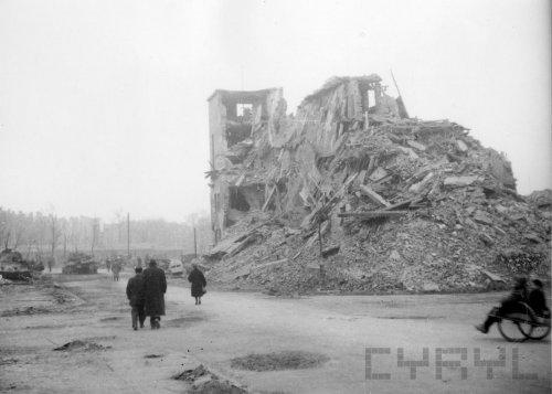 Ruiny Domu Żołnierza w czasie wojny siedziby Gestapo wysadzonego przez oddziały SS w lutym 1945 roku - 45100.jpg
