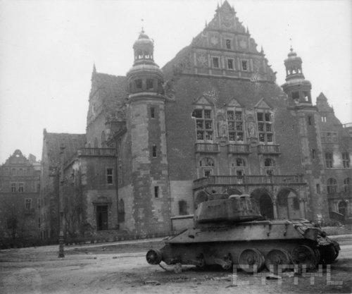 Zniszczony w czasie walk o Poznań gmach Collegium Minus należący do zespołu tzw. Dzielnicy Cesarskiej - 45109.jpg