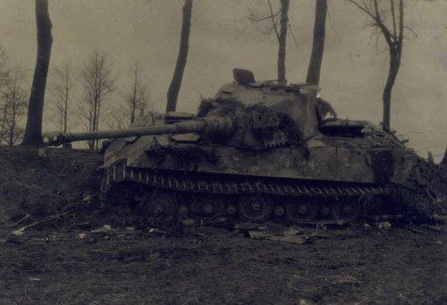 Tiger II zniszczony.jpg