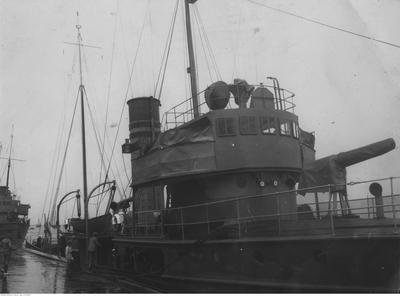 ORP Generał Haller  i Komendant Piłsudski (w głębi) zacumowane przy nadbrzeżu.Kopenhaga 1927.jpg