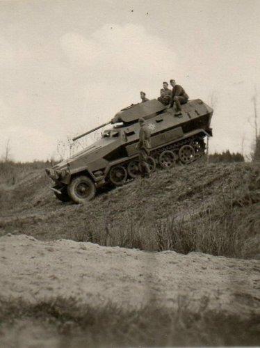 SdKfz 251 z wieżą T-34 05.jpg