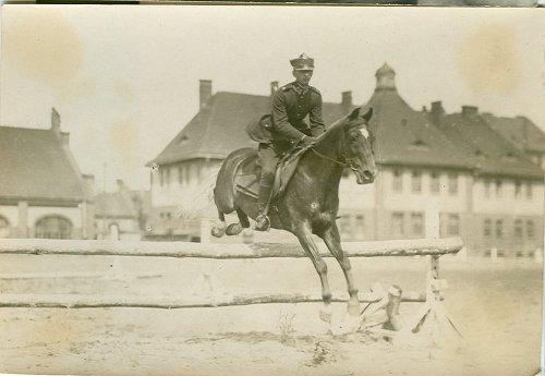 Podchorąży Stanisław Jastrzębski podczas ujeżdżania konia w Oficerskiej Szkole Artylerii w Toruniu.jpg