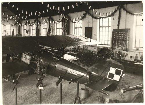 Wystawa lotnicza w jednym z hangarów na lotnisku Rakowice-Czyżyny (1929).jpg