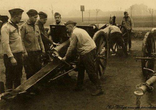 Włodzimierz Wołyński, 1937 r. 27. Pułk Artylerii Lekkiej. Szkolenie z obsługi działa.jpg