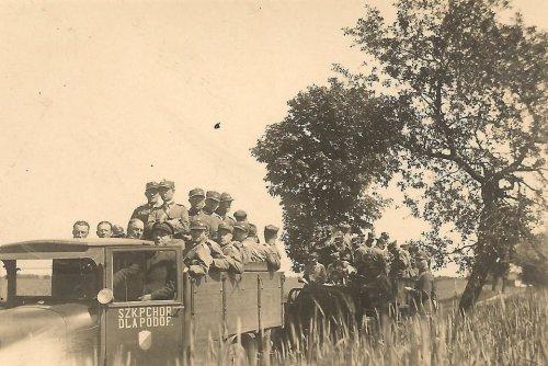Żołnierze Szkoły Podchorążych dla Podoficerów w Bydgoszczy, podczas wyjazdu na manewry, lata 1927-30.jpg