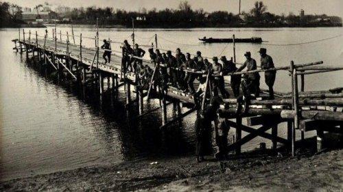 Żołnierze z 42 pp podczas budowy tymczasowego mostu w Łomży.jpg